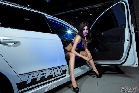 Chân dài khoe dáng xinh bên Volkswagen - ảnh 5