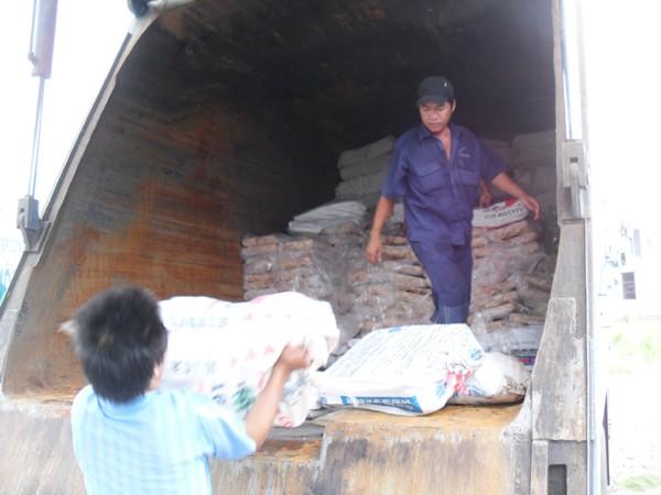 Thịt thối bị cơ quan chức năng tỉnh Bình Dương bắt giữ và đưa đi tiêu hủy hôm qua 20-4 Ảnh: S.Nguyễn