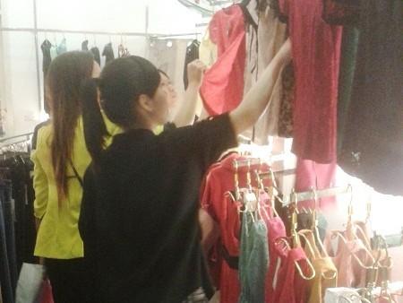 Mua hàng ở shop, cửa hàng thời trang sang trọng là sở thích của nhiều cô gái