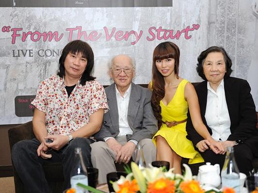 Hà Anh cùng bố và ông bà trong buổi họp báo chiều qua