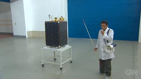 Một chuyên gia tên lửa đang miêu tả mô hình hoạt động của tên lửa Unha-3.