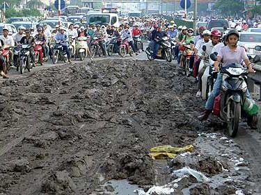 Chỉ trong vòng 1 tháng, đường Giải Phóng đã hai lần hứng chịu nạn xe chở vật liệu thải bùn