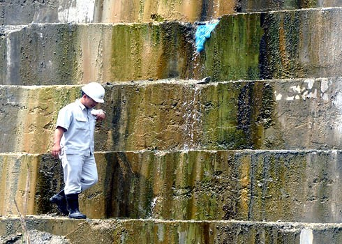 Chuyên gia Cục giám định Nhà nước về chất lượng các công trình xây dựng (Bộ Xây Dựng) túc trực ở công trường, giám sát xử lý sự cố rò rỉ, thấm dột ở đập thủy điện Sông Tranh 2. Ảnh: Trí Tín.