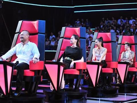 Bốn huấn luyện viên The Voice mùa đầu tiên (từ trái sang): Trần Lập, Hồ Ngọc Hà, Thu Minh, Đàm Vĩnh Hưng