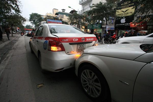 Ba ô tô đâm nhau trên phố - ảnh 2