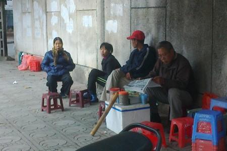 Bà Nguyễn Thị Lành - chủ hàng nước - bức xúc khi người ta đồn đại ngôi nhà 300 Kim Mã có ma