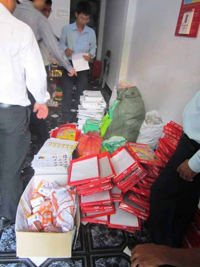 Thanh tra sở Thông tin – Truyền thông đang tiến hành khám xét và thu giữ số sách in lậu tại ngôi nhà số 6, đường Trần Quý Cáp, quận Bình Thạnh chưa kịp tiêu thụ