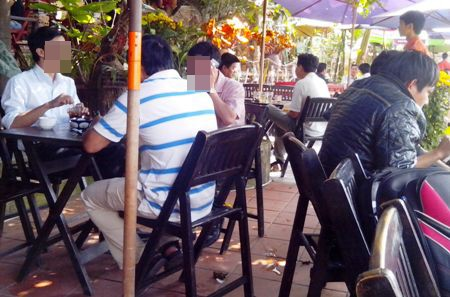 Rất nhiều vị khách la cà tán gẫu tại quán cà phê trong giờ làm việc là cán bộ, công chức nhà nước
