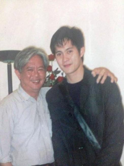 Bức ảnh tư liệu của gia đình: Tôn Hiếu Anh chụp cùng bố Tôn Thất Bách