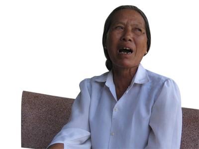 Bà Trần Thị Lệ ở thôn 1, xã Xuân Viên bật khóc khi kể lại việc bị cán bộ xã Xuân Viên (huyện Nghi Xuân) lừa mượn sổ đỏ để đứng tên mua đất cho người khác