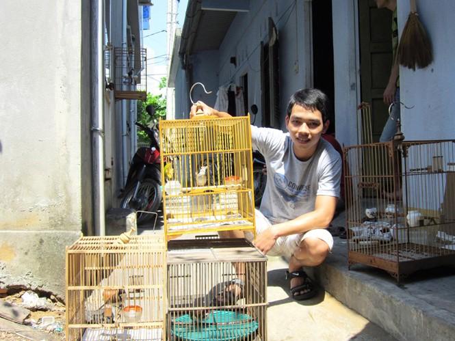 Thành - SV ĐH Kiến trúc Đà Nẵng chia sẻ bữa ăn và phòng trọ của mình cho 4 lồng chim. Ảnh: T.H