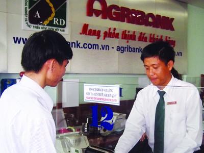 Anh Lâm Minh Trung (phải) làm việc với             khách hàng