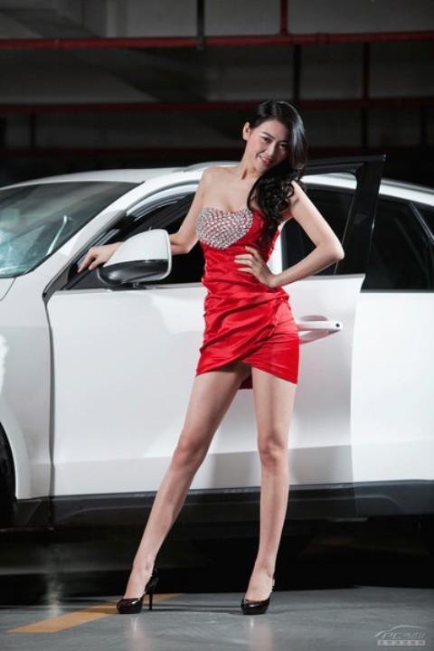 Chân dài đọ nhan sắc với xế hộp Audi - ảnh 2