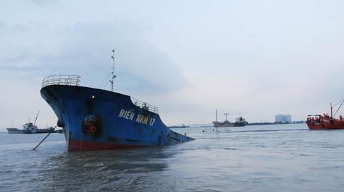 Một phần mũi tàu Biển Nam 17 còn nhô lên mặt nước Ảnh: Lê Giang