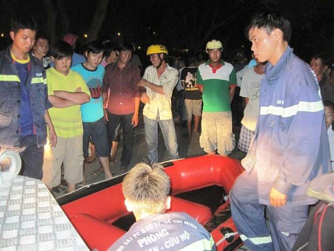 Lực lượng cứu hộ đang chuẩn bị thuyền hơi để bơi ra sông mò xác nạn nhân