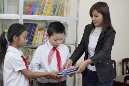 Cô giáo Bùi Thị An , Phụ trách thư viện chọn sách cho học sinh