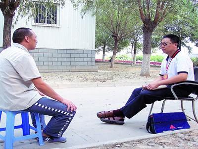 Yu Jiaqing (phải) phỏng vấn tù nhân ở một nhà tù Bắc Kinh             Nguồn: Global Times
