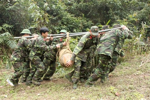 Bộ đội Công binh Bộ chỉ huy quân sự tỉnh Bắc Kạn đưa bom đi hủy