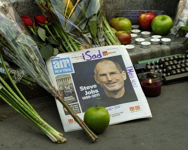 Hoa, táo, nến được người dân Mỹ đặt khắp nơi để tưởng nhớ tới Steve Jobs. Ảnh: AP