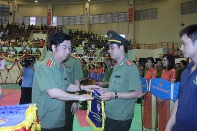 Đồng chí thứ trưởng Đặng Văn Hiếu tặng cờ lưu niệm cho các đoàn VDV