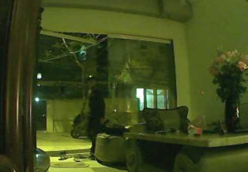 Hình ảnh ghi lại ở vụ cướp iPad ở nhà anh Tuấn. Ảnh: cắt từ clip