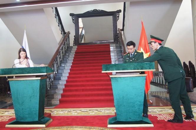 Sỹ quan hai nước đang chuẩn bị bục phát biểu cho hai Bộ trưởng Quốc phòng tại cuộc họp báo nhanh sau hội đàm