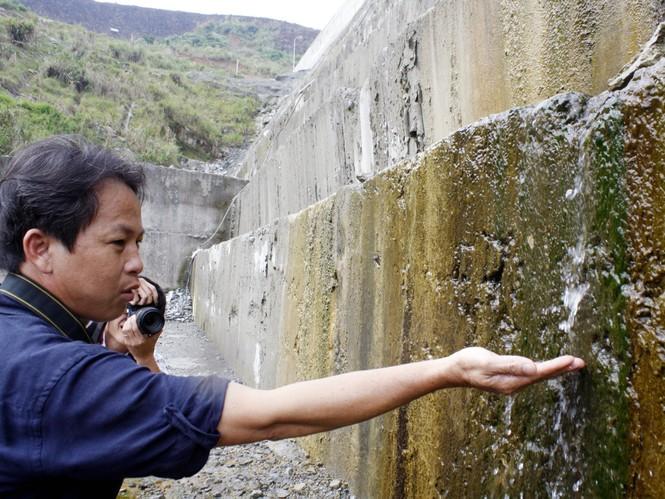 Ngày 18 – 4 nước vẫn còn rò chảy ở thân đập hạ lưu