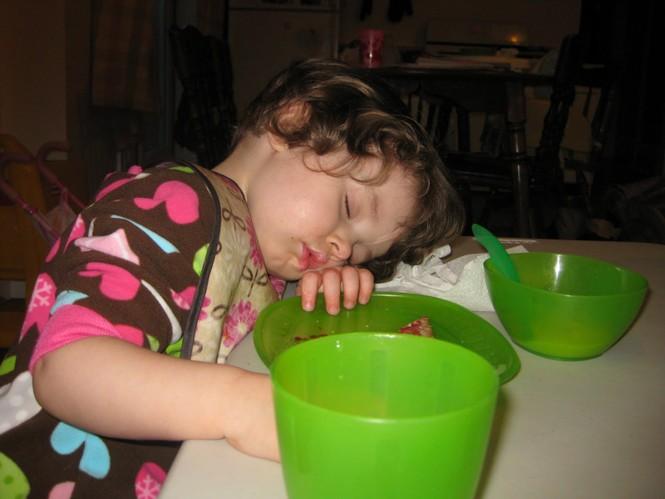 Những kiểu ngủ gật đáng yêu của bé - ảnh 7