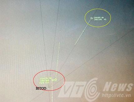 Vị trí 2 chiếc máy bay trước khi hệ thống rada mặt đất tự động cảnh báo, lúc này hai máy bay đang có xu hướng hội tụ, màu đỏ là máy bay số hiệu SIA176 , màu vàng là số hiệu số hiệu CHH485. Vạch dài phía trước là hướng bay và vị trí máy bay sẽ tới trong 5 phút.