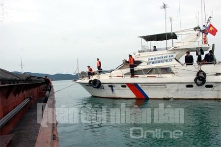 Lực lượng CSB ra tín hiệu, tiếp cận tàu và kiểm tra