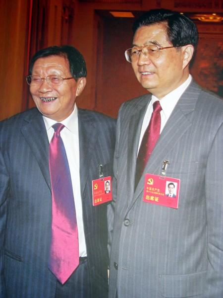 Ông Vũ Nhân Bảo (trái) đứng cạnh Chủ tịch nước Trung Quốc Hồ Cẩm Đào
