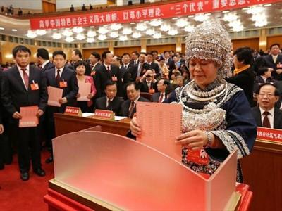 Bỏ phiếu tại phiên bế mạc Đại hội Đảng Cộng sản Trung Quốc lần thứ 18 hôm 14-11. Ảnh: Xinhua