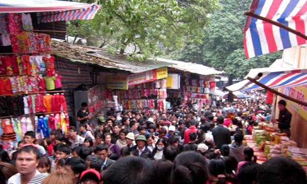 Dù đông người đi lễ, nhưng hàng quán ở chùa Hương không mấy đắt hàng