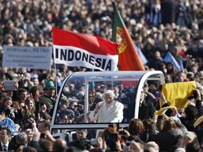Đức ngài Benedict trên chiếc xe Giáo hoàng hôm 27-2. Ảnh: AP