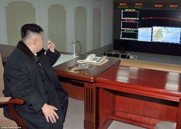 Lãnh đạo Kim Jong-Un đang hút thuốc tại Trung tâm điều hành vệ tinh nhân tạo