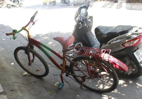Chiếc xe đạp - phương tiện đi bán vé số của ông Phương - cũng  rất màu mè