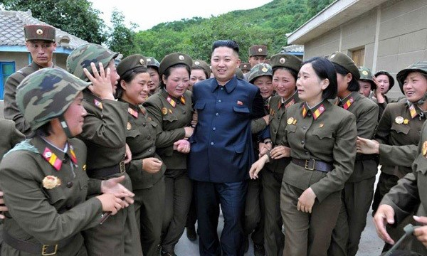 Lãnh đạo Kim Jong-Un được các nữ binh sĩ chào đón tại Trung tâm lực lượng Quân đội nhân dân Triều Tiên, đơn vị 4302
