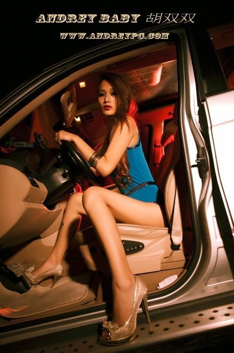 Chân dài đốt cháy ca-bin BMW - ảnh 2