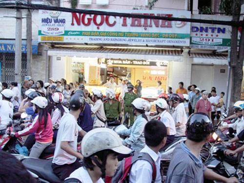Hiện trường vụ án mạng trước hiệu vàng Ngọc Thịnh. Ảnh: Đà Nẵng Online
