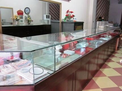Bên trong cửa hàng bán vàng  ở thị trấn Phú Minh