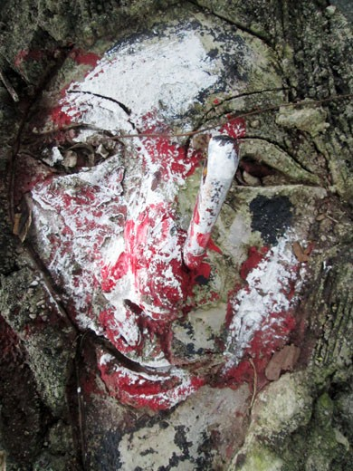 Một tượng mặt người bị cắm dao đầy máu me