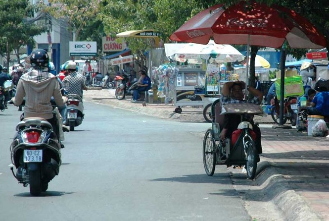 Giấc nghỉ trưa của một người bán vé số trên đường Điện Biên Phủ (quận Bình Thạnh)