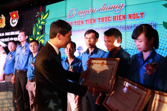 Đồng chí Dương Văn An trao tặng bằng khen cho tập thể