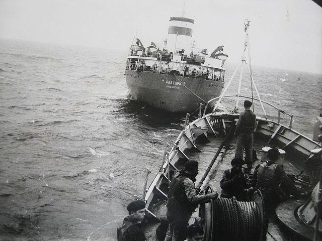 Tháng 1 năm 1979. Trên đường vào Biển Đông, tiếp dầu trên hành trình từ tàu chứa