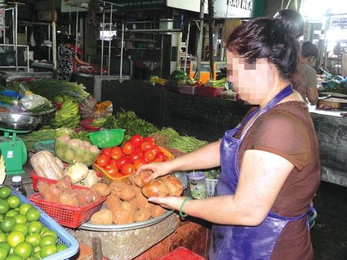 Hàng nông sản Trung Quốc tràn ngập các chợ. Ảnh: Hoàng Việt