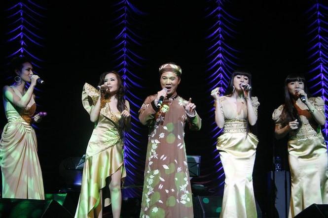 : Quang Linh còn có màn phối hợp ăn ý cùng nhóm Năm dòng kẻ trong đêm diễn với các ca khúc nổi tiếng như Ngẫu nhiên (Trịnh công sơn), Lý ngựa ô và ca khúc Đôi cánh