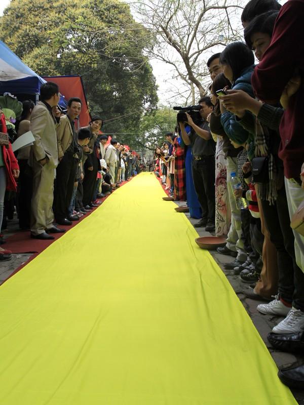 Dải lụa để các nhà thư pháp trẻ thể hiện dài 50m, trải dài theo phố Giám