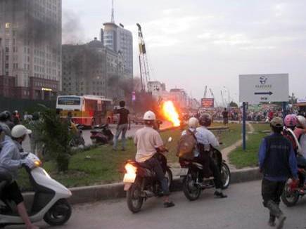Hai xe máy đang chạy bỗng bốc lửa cháy rụi - ảnh 4