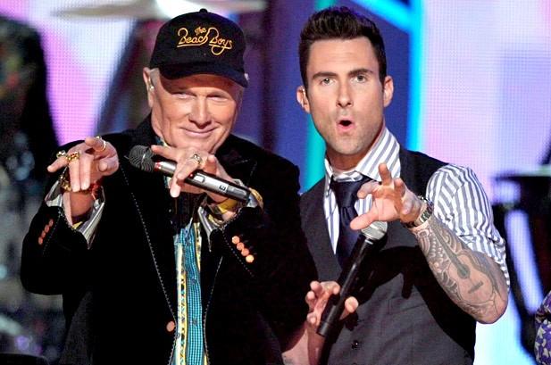 Adam Levine của nhóm Maroon 5 và thành viên nhóm Beach Boys.