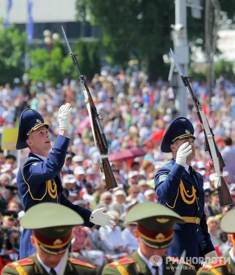 Đội ngũ quân đội Belarus trong trang phục hai màu xanh khác nhau